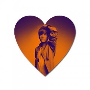 http://www.starsonstuff.com/4307-thickbox/justin-bieber-heart-shaped-magnet.jpg